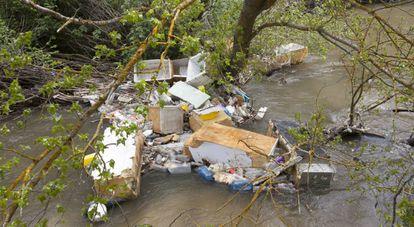 Basura acumulada en el río Guadarrama, a la altura de Batres.