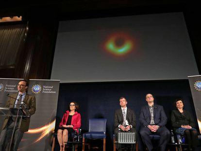 Imagen de la rueda de prensa celebrada hoy en Washington para dar a conocer la primera imagen de un agujero negro.