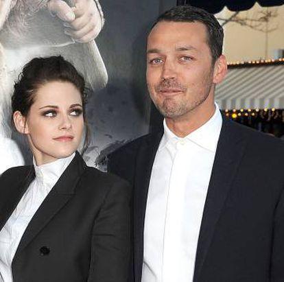 Kristen Stewart y el director Rupert Sanders en el estreno de 'Blancanieves y la leyenda del cazador', en mayo de 2012 en Los Ángeles. La actriz confesó que fue infiel a Pattinson con Sanders.