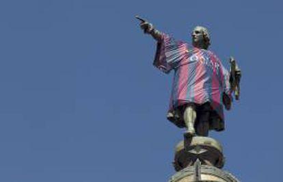 La estatua de Colón, situada al final de las Ramblas barcelonesas, luce una réplica de las nuevas camisetas del F.C. Barcelona, que recuperan las tradicionales rayas verticales azulgranas.