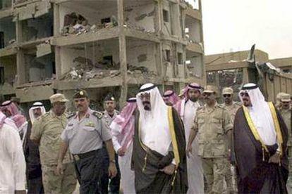 Los noventa: rebelión contra el rey saudí. Bin Laden rompe con la familia real saudí, que alberga tropas estadounidenses en territorio sagrado para los musulmanes, y denuncia su corrupción. Los atentados comienzan a sucederse en el reino.