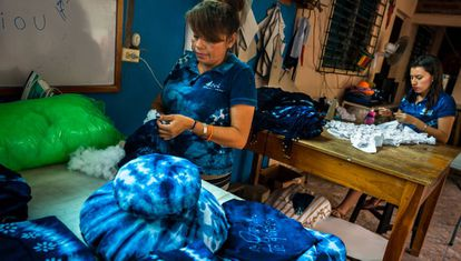 Dos mujeres trabajan en un taller de artesanía de Santiago Nonualco, El Salvador.