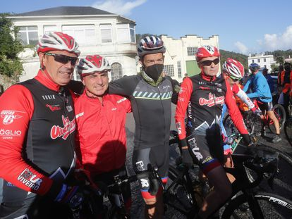 El trabajador de Vestas y exciclista profesional Alejandro Paleo (en el centro), antes de partir en bici en dirección a Dinamarca.