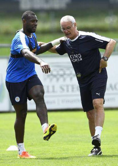 Ranieri se ejercita con su capitán Wes Morgan durante la concentración del Leicester en Stergersbach (Austria).