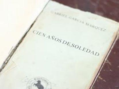 Un ejemplar de 'Cien años de soledad' en la biblioteca de Aracataca.