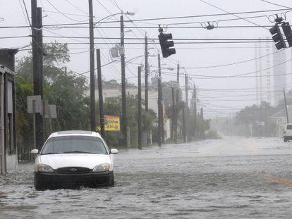 Una calle inundada en Daytona Beach (Florida) este viernes.