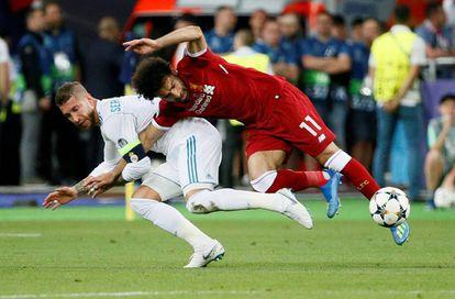 Ramos y Salah, en la acción que lesionó al delantero del Liverpool.