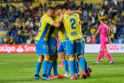 Jugadores del Las Palmas celebran un gol al Málaga en el estadio Gran Canaria.