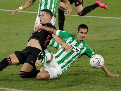 Jovic y Mandi pelean por el balón este sábado en el Benito Villamarín.