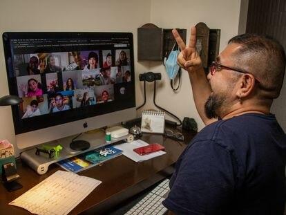 David Chamorro, profesor de inglés del colegio San Ignacio de Santiago de Chile, imparte una clase virtual.