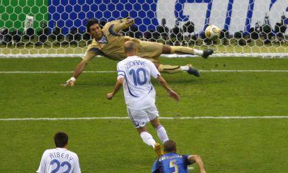 Zidane engaña a Buffon en la final del Mundial de 2006, ganada por Italia.