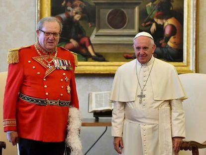 Francisco junto al exGran Maestre de la Orden de Malta, Matthew Festing.