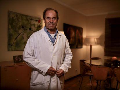 El médico Ramon Valls, presunto caso de reinfección por el coronavirus, en su casa de Calonge (Girona).