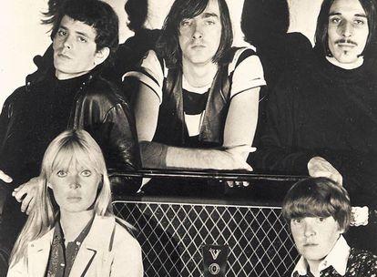 The Velvet Underground: en la fila superior, de izquierda a derecha, Lou Reed, Sterling Morrison y John Cale. Debajo, Nico y Maureen Tucker.