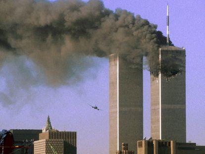 El vuelo United Airlines 175 momentos antes de impactar contra la Torre Sur del World Trade Center, en Nueva York, el 11 de septiembre de 2001.