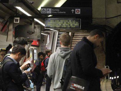 Aglomeración de pasajeros en el Metro de Barcelona, durante una jornada de huelga.