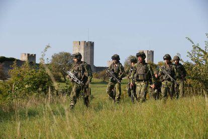 Soldados suecos patrullan en la isla de Gotland en verano de 2016.
