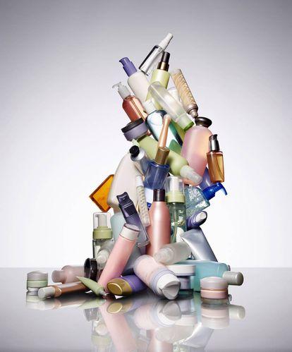 Envases compuestos por materiales plásticos y metálicos.