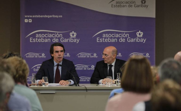El expresidente José María Aznar junto a Carlos Urquijo, presidente de la asociación Esteban de Garibay.