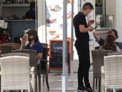 Un camarero atiende a los clientes en la terraza de un bar, este miércoles en Madrid.