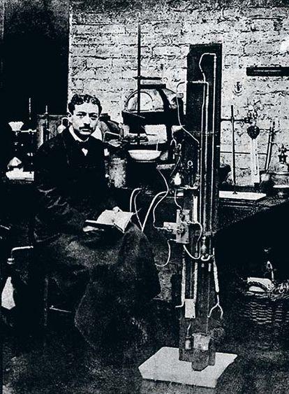 En 1909, Eugène Schueller fundó La Sociedad Francesa de Tintes Inofensivos, que en 1939 pasaría a llamarse L'Oréal.   Aquí aparece en su cocina, que hacía las veces de laboratorio.