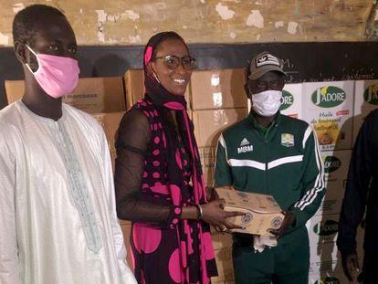 Astou Ndour, durante un reparto de alimentos en su fundación en Dakar.