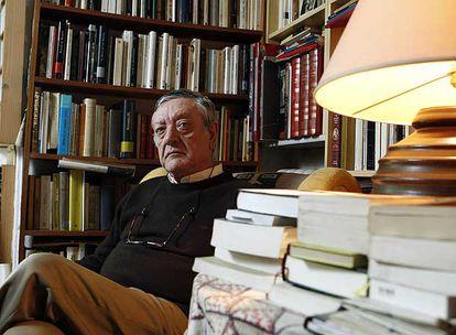 Antonio Martínez Sarrión, en su casa de Madrid.