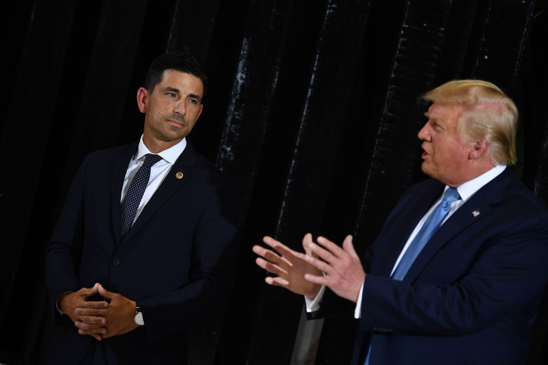 El secretario interino de Seguridad Nacional, Chad Wolf y el presidente de EE UU, Donald Trump, en Yuma, Arizona.