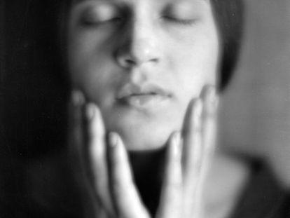 'Cabeza de una chica italiana' (1921), Edward Weston. Una muestra en el Museo de Arte Contemporáneo de México se ha detenido en la potente huella fotográfica que dejó el romance entre el estadounidense y la italiana Tina Modotti.