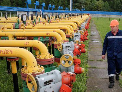 Imagen de archivo que muestra a un trabajador en un depósito de gas cerca de la ciudad de Stryi, en Ucrania.