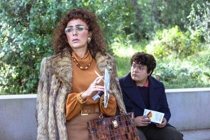 Candela Peña y Gabriel Sánchez (como un joven Bob Pop) en la serie 'Maricón perdido'.