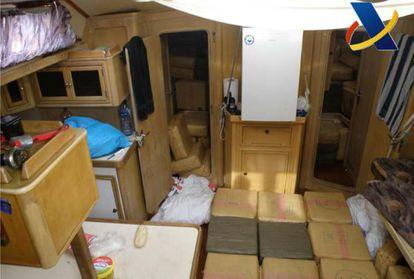 Aspecto del interior del velero 'Mirca', con casi 10 toneladas de hachís.