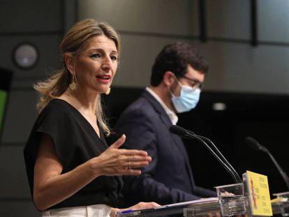 La vicepresidenta segunda del Gobierno y ministra de Trabajo y Economía Social, Yolanda Díaz, junto al secretario de Estado de Empleo, Joaquín Pérez Rey, en una rueda de prensa el pasado mes de abril.