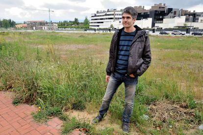 El profesor de la UPV Roberto Torres, autor de una tesis sobre la dispersión urbana, fotografiado en un barrio de Vitoria.