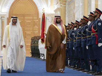 El príncipe saudí Mohammed bin Salmán (derecha) pasa revista a la guardia de honor en su visita a Abu Dhabi el 27 de noviembre.