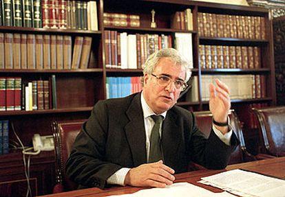 Enrique Múgica, en su despacho cuando ocupaba el cargo de Defensor del Pueblo en 2004.