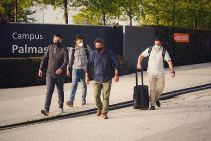 Agentes de la Guardia Civil, a su salida de la sede de Abengoa en Sevilla, tras el primer día de registro.