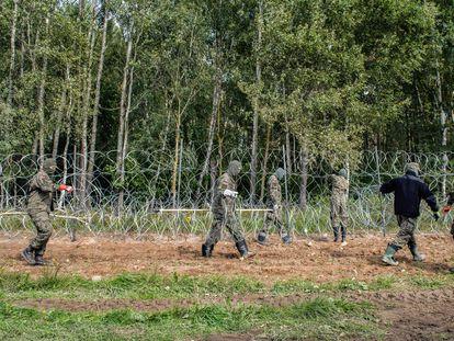 Soldados polacos levantan el 1 de septiembre una alambrada en la frontera con Bielorrusia, cerca de la población de Minkowce