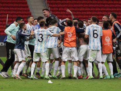 Los futbolistas de Argentina celebran con su portero, Emiliano Martínez, este martes.