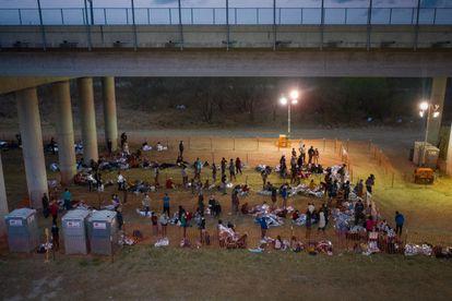 Familias migrantes solicitantes de asilo y menores no acompañados se refugian en un centro de procesamiento improvisado en Granjeno, Texas, el pasado 12 de marzo.