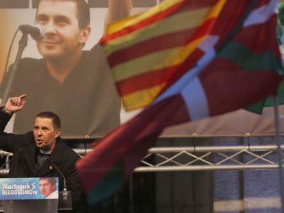 Arnaldo Otegi, en Elgoibar tras quedar libre.