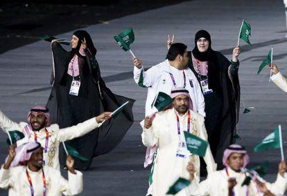 Las atletas saudíes Wodjan Shaherkani y Sarah Attar durante el desfile de deportistas en la ceremonia de inauguración de Londres 2012