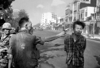 El general Nguyen Ngoc Loan dispara en la cabeza a un sospechoso de pertenecer al Viet Cong, en una calle de Saigón.