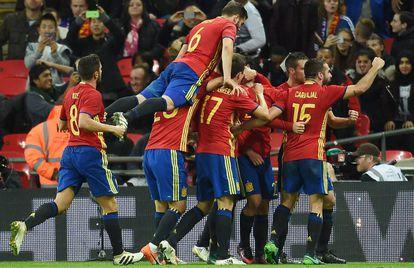 Los jugadores de España celebran el segundo gol.