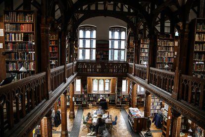 Interior de la biblioteca de Gladstone, donde estos días se puede apadrinar una estantería y ponerle tu nombre por unos 110 euros. |