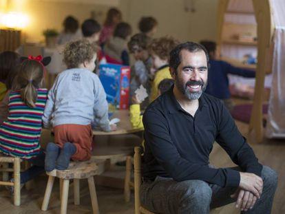 Eduard Vallory en el colegio público Congrés Indians, en el barrio barcelonés de La Sagrera.