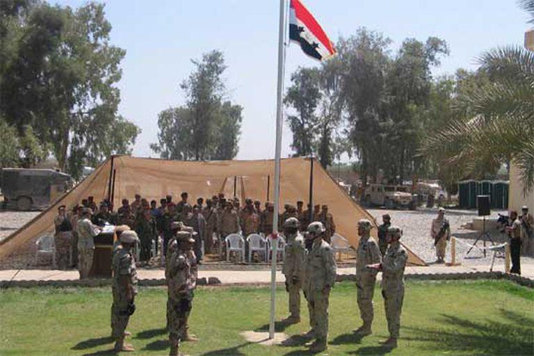 Ceremonia de entrega de la base de EEUU en Baquba al Ejército iraquí.