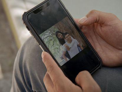 Aldo Hernández muestra una foto con su hermana Beatriz, fallecida en una celda de policía en Progreso de Obregón (Hidalgo).
