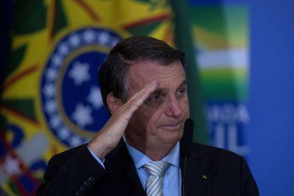 El presidente Bolsonaro hace un saludo militar tras sancionar la ley de autonomía del Banco Centra este miércoles en Brasilia.