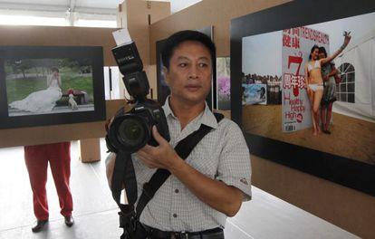 Mr. Xu Chongde, uno de los fotógrafos de Qingdao cuyas fotografías se exhiben en la muestra.